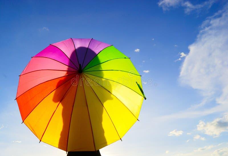 multicolor skuggaparaplykvinna arkivfoton