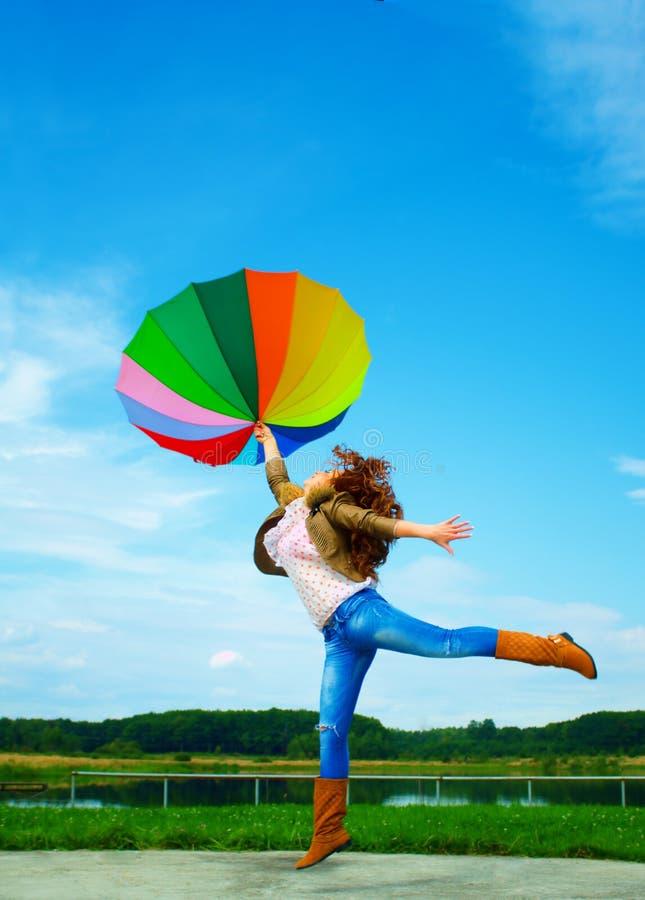 multicolor sky för hopp till paraplykvinnan royaltyfri fotografi