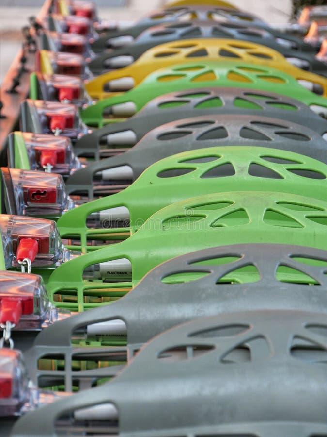 Multicolor wózki na zakupy na zewnątrz centrum handlowego zamkniętego w górę slective ostrości zdjęcia royalty free