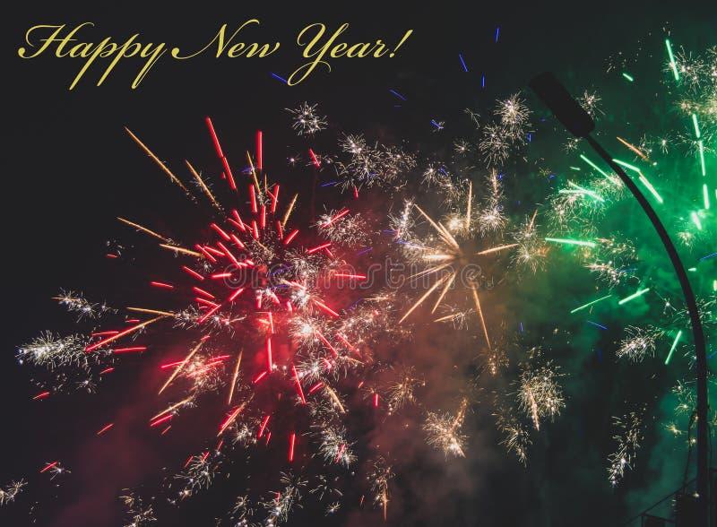 Multicoloração do Firework com texto feliz de novo ano para cartão de saudação ou modelo foto de stock