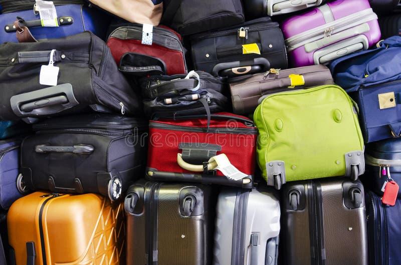 Multicolore delle valigie impilato per trasporto uno sopra l'altro immagine stock