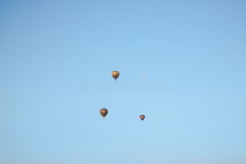 Multicolored ballons in het stadsfestival over blauwe hemel royalty-vrije stock foto