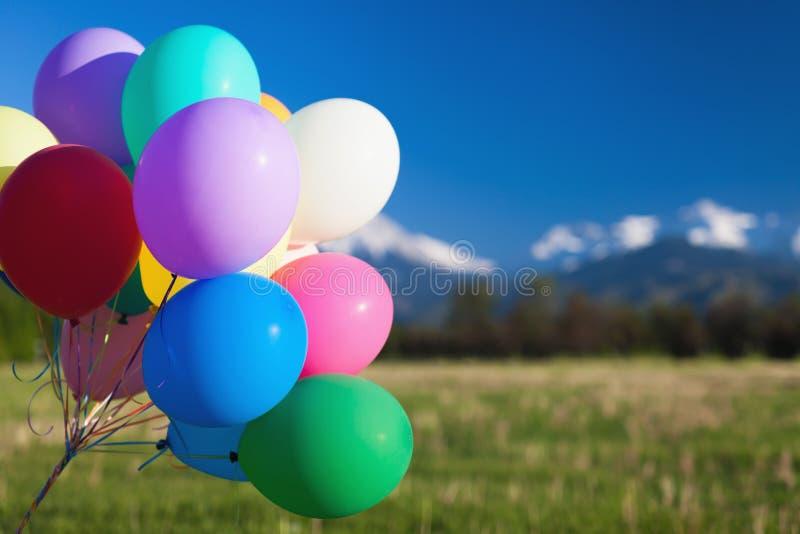 Multicolored ballons openluchtfestival over blauwe hemelachtergrond stock foto