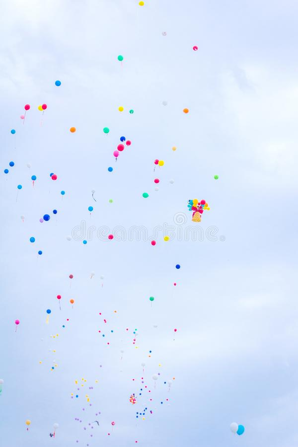 Multicolored ballons tegen de blauwe hemel stock foto's