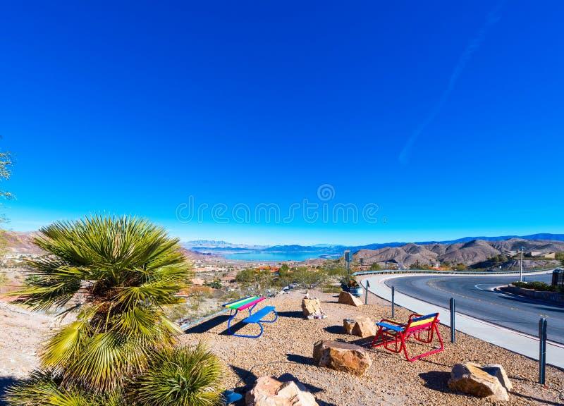 Multicolored banken op de achtergrond van een berglandschap, Kei, Nevada, de V.S. Exemplaarruimte voor tekst stock afbeeldingen