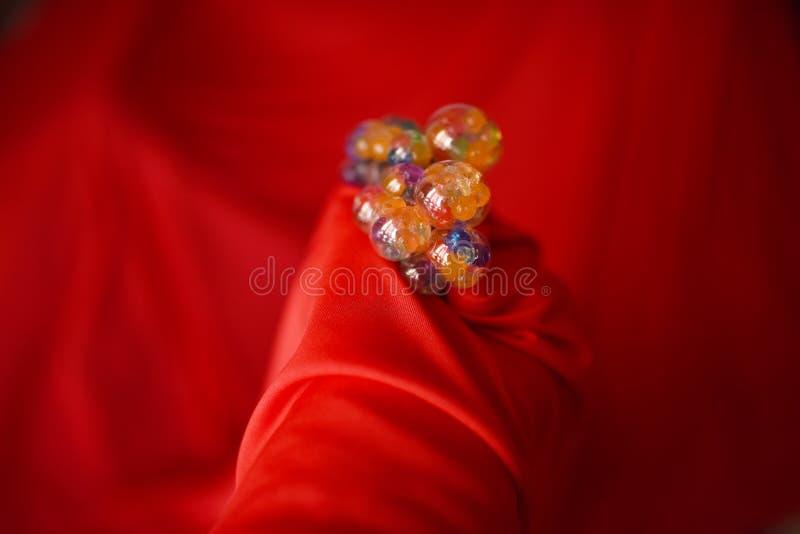 Multicolored bellenhb rode stoffenachtergrond royalty-vrije stock foto's