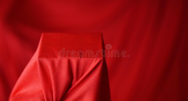 Multicolored bellenhb rode stoffenachtergrond stock afbeeldingen