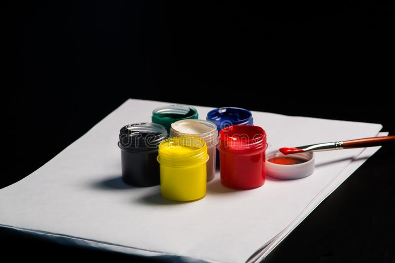 Multicolored blikken gouache met Penseel stock foto