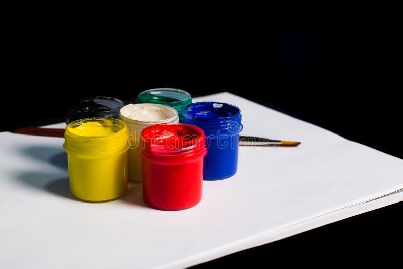 Multicolored blikken gouache met Penseel royalty-vrije stock afbeelding