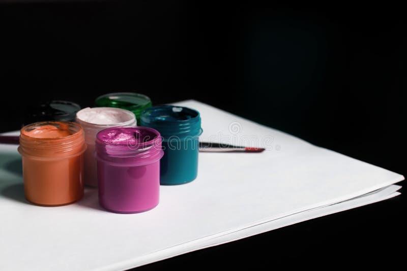 Multicolored blikken gouache met Penseel stock afbeelding