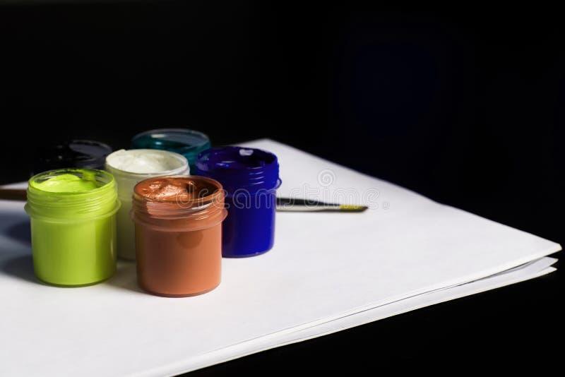 Multicolored blikken gouache met Penseel royalty-vrije stock foto