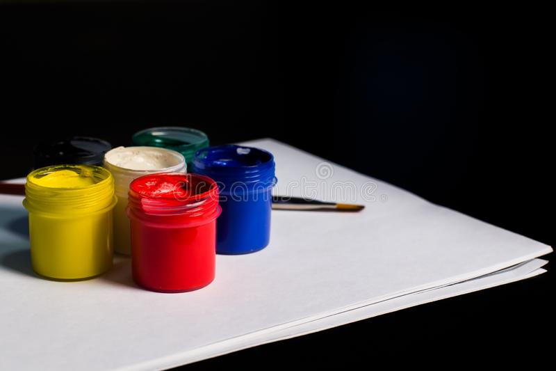 Multicolored blikken gouache met Penseel royalty-vrije stock fotografie