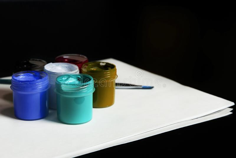 Multicolored blikken gouache met Penseel stock fotografie
