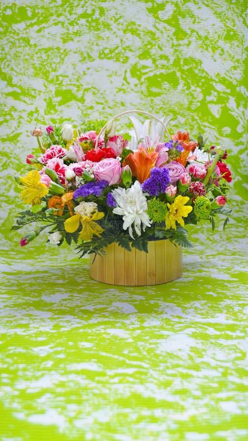 Multicolored bloemenboeket op groen, marmert gestileerde achtergrond stock afbeeldingen