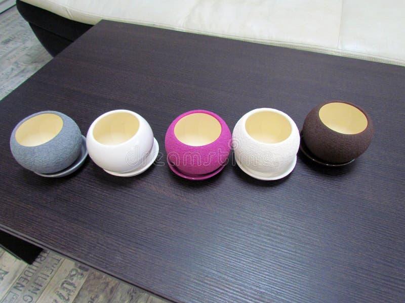 Multicolored bloempotten, ronde vorm op de lijst stock foto's