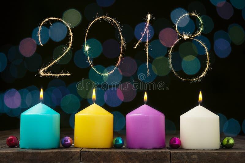 Multicolored brandende kaarsen stock afbeeldingen