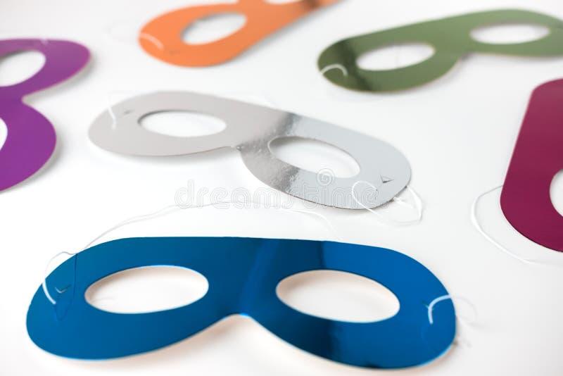 Multicolored Carnaval-maskers die op een witte achtergrond liggen Vlakke stijl Selectieve nadruk royalty-vrije stock afbeelding