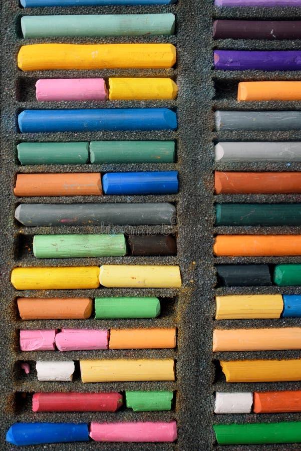 Multicolored close-up van de kleurpotlodenpastelkleur, verticaal kader verwezenlijking stock afbeeldingen