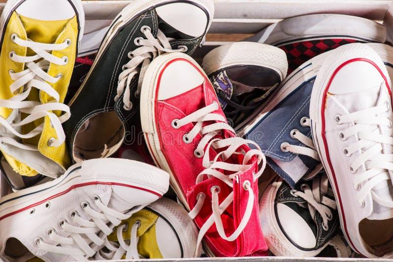 Multicolored de jeugdgymschoenen op vloer stock foto's