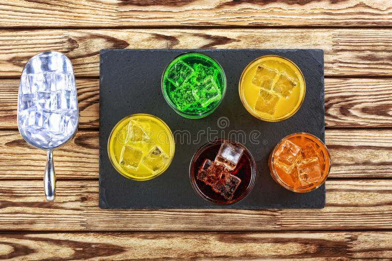 Multicolored, Diverse cocktails, ijs, dranken, bar, alcohol, alcoholcocktail, stock afbeelding