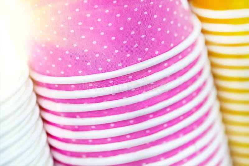 Multicolored document koppen Heldere voedsel en drankachtergrond Stapel kleurrijke containers Sluit omhoog stapel van glazen stock foto's