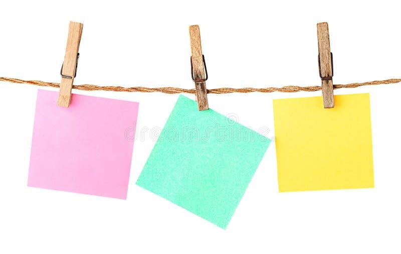 Multicolored document stickers op wasknijpers royalty-vrije stock fotografie