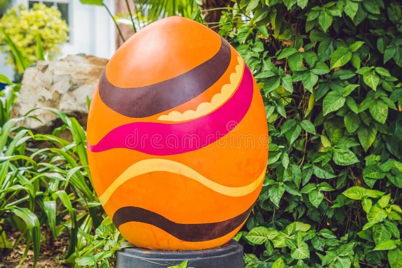 Multicolored eieren in het gras Paaseierenjacht, in openlucht Het vieren Pasen vakantie royalty-vrije stock afbeelding