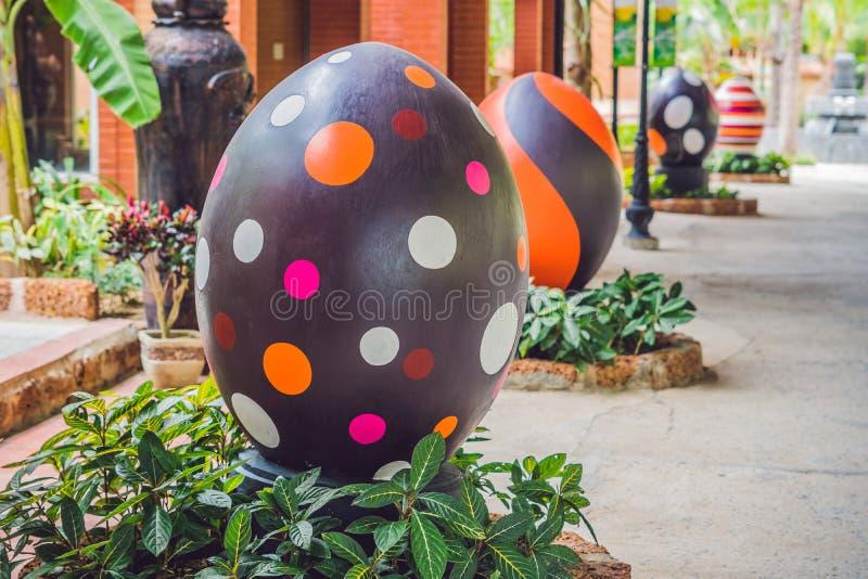 Multicolored eieren in het gras Paaseierenjacht, in openlucht Het vieren Pasen vakantie royalty-vrije stock fotografie