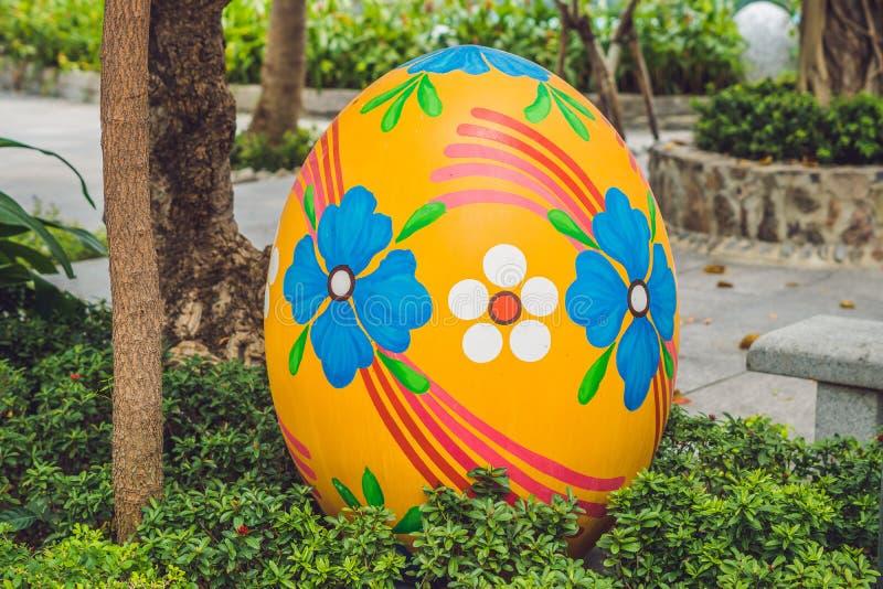 Multicolored eieren in het gras Paaseierenjacht, in openlucht Het vieren Pasen vakantie stock afbeeldingen