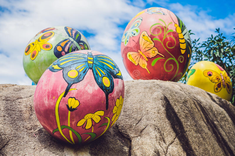 Multicolored eieren in het gras Paaseierenjacht, in openlucht Het vieren Pasen vakantie stock afbeelding