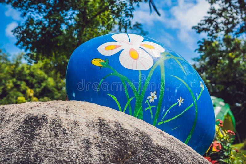 Multicolored eieren in het gras Paaseierenjacht, in openlucht Het vieren Pasen vakantie royalty-vrije stock foto's