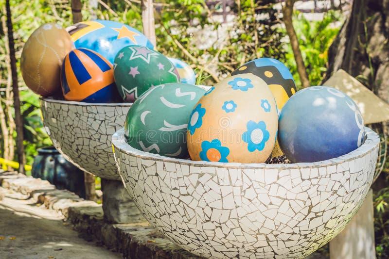 Multicolored eieren in het gras Paaseierenjacht, in openlucht Het vieren Pasen vakantie royalty-vrije stock afbeeldingen