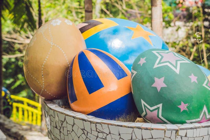 Multicolored eieren in het gras Paaseierenjacht, in openlucht Het vieren Pasen vakantie stock fotografie