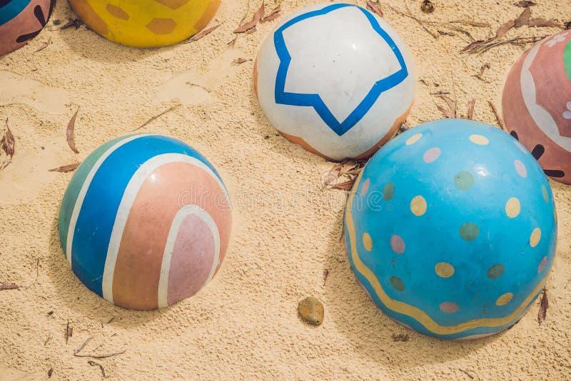 Multicolored eieren in het gras Paaseierenjacht, in openlucht Het vieren Pasen vakantie royalty-vrije stock foto
