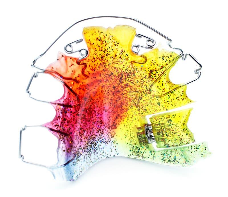 Multicolored en geschitterd orthodontisch toestel voor een kind royalty-vrije stock afbeelding
