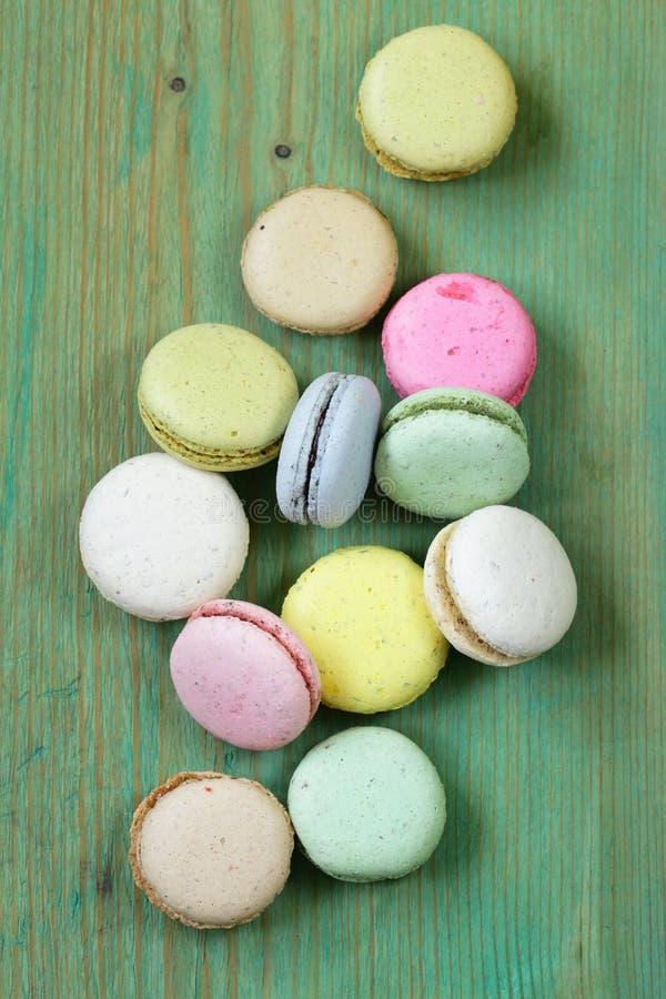 Multicolored Franse makarons van amandelkoekjes stock afbeelding