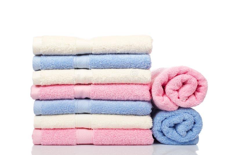 Multicolored gestapelde handdoeken royalty-vrije stock foto's