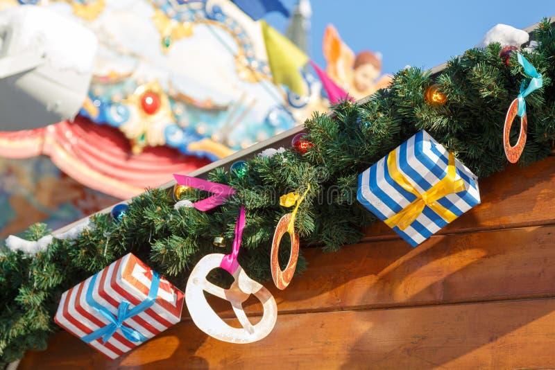 Multicolored giften en de versieringen zijn de takken van sparren worden verfraaid als symbool van het Nieuwjaar en Kerstmis die stock foto
