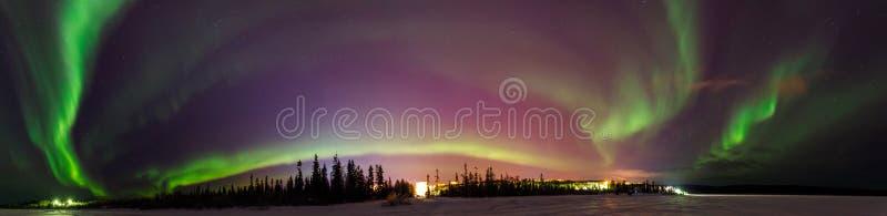Multicolored groene Violette trillende Aurora Borealis Polaris, Noordelijke Lichten in nachthemel De mensen van de conceptenreis royalty-vrije stock afbeeldingen