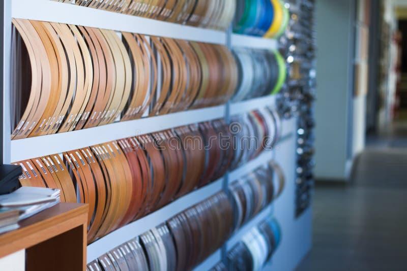 Multicolored kaken van de rand en de melanine van pvc voor meubilairproductie in het winkelvenster van de meubilairopslag royalty-vrije stock foto