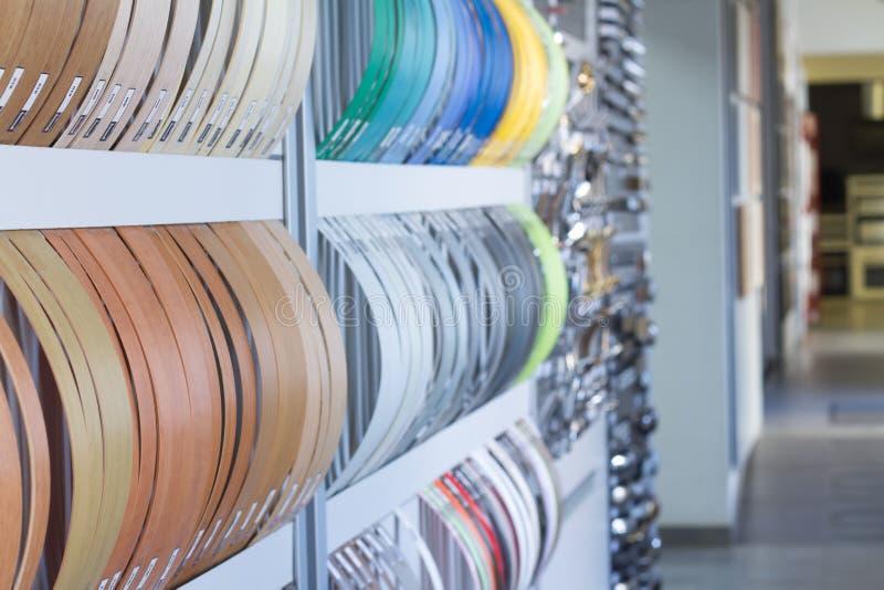 Multicolored kaken van de rand en de melanine van pvc voor meubilairproductie in het winkelvenster van de meubilairopslag stock afbeelding