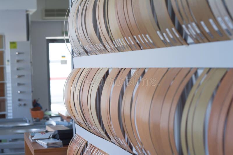Multicolored kaken van de rand en de melanine van pvc voor meubilairproductie in het winkelvenster van de meubilairopslag royalty-vrije stock foto's