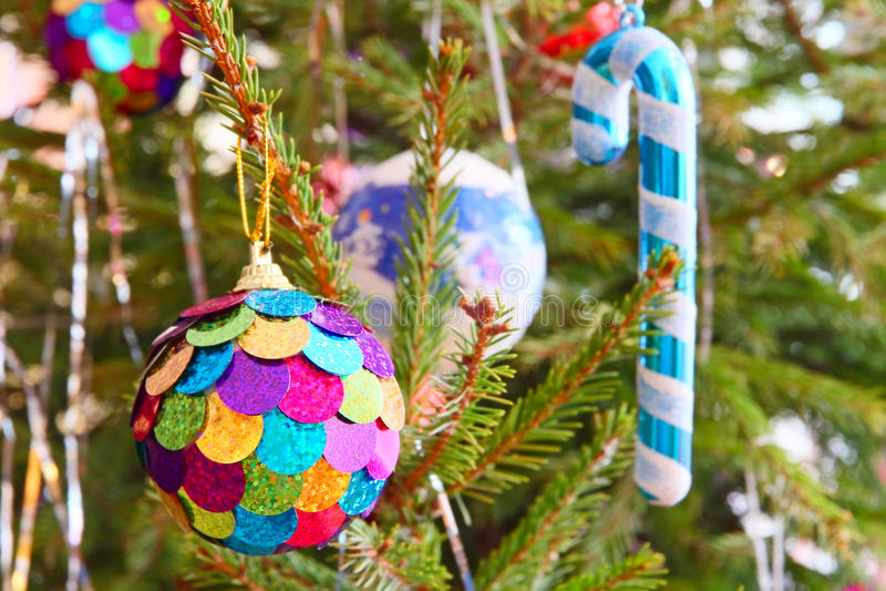 Multicolored Kerstmisbal en santariet op pijnboomtak stock foto