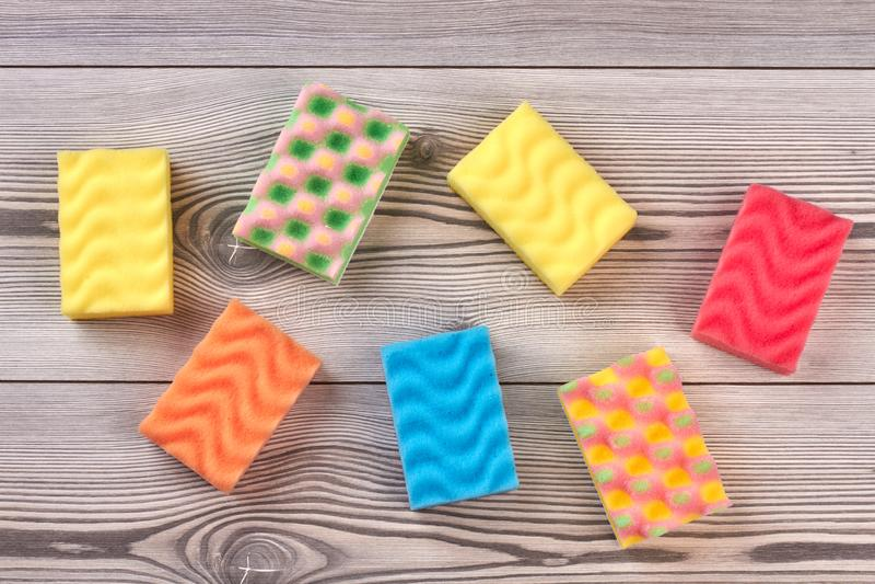 Multicolored keukensponsen, houten achtergrond stock fotografie
