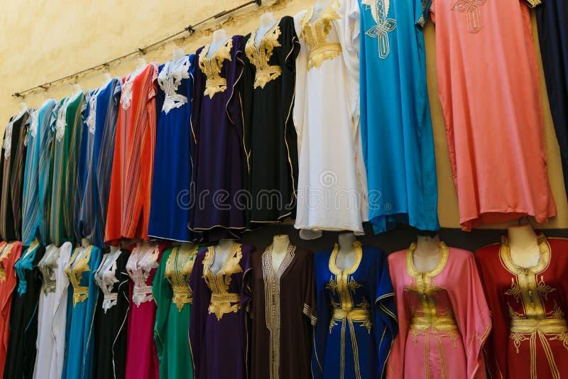 Multicolored kleren op een souk in Fez, Marokko royalty-vrije stock afbeelding