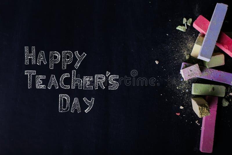 Multicolored kleurpotloden liggen op een zwart bord, exemplaarruimte Het concept school, onderwijs en kinderjaren royalty-vrije stock afbeelding