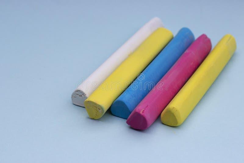 Multicolored kleurpotloden op een blauwe geïsoleerde achtergrond, stock foto's