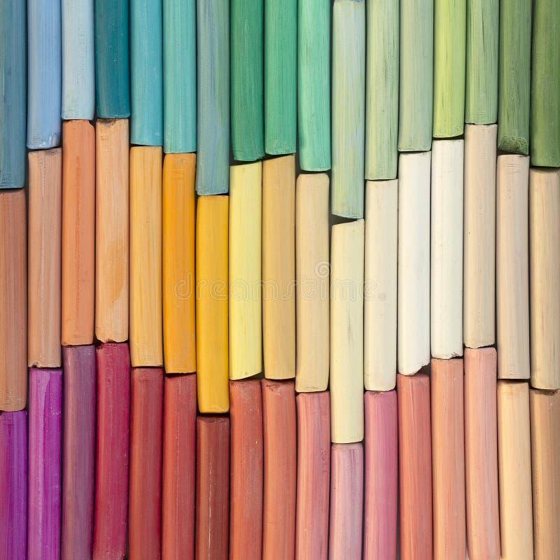 Multicolored kleurpotloden van de regenboogpastelkleur in rijen stock foto