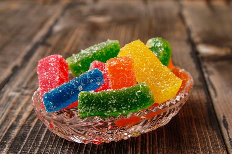 Multicolored kleverig die suikergoed met suiker met een laag wordt bedekt stock fotografie