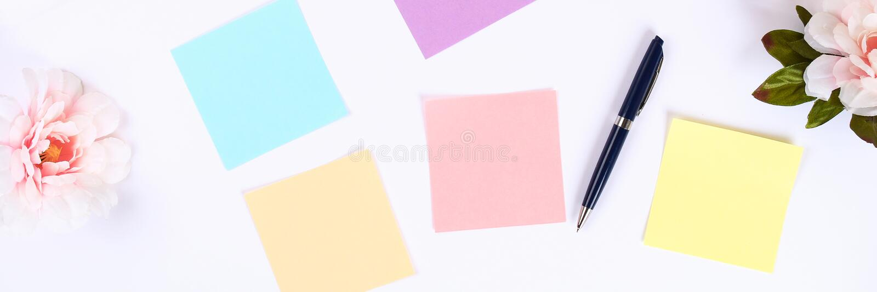 Multicolored kleverige notastickers op een witte Desktop naast een koffie overvallen en een toetsenbord Hoogste mening, vlakke la royalty-vrije stock fotografie
